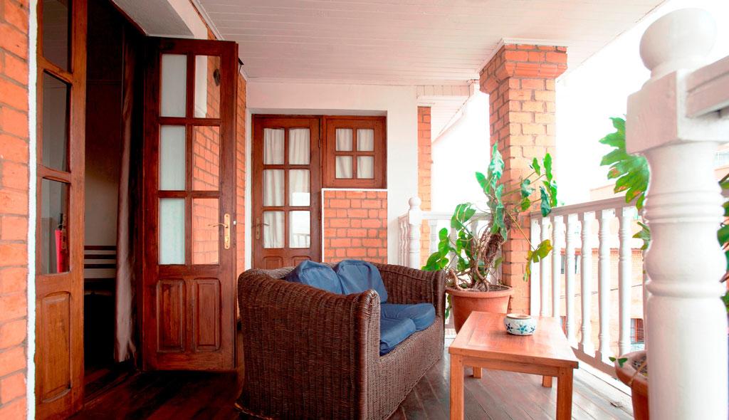 chambre hotel trois metis authentique terrasse veranda i h tel restaurant les 3 m tis. Black Bedroom Furniture Sets. Home Design Ideas
